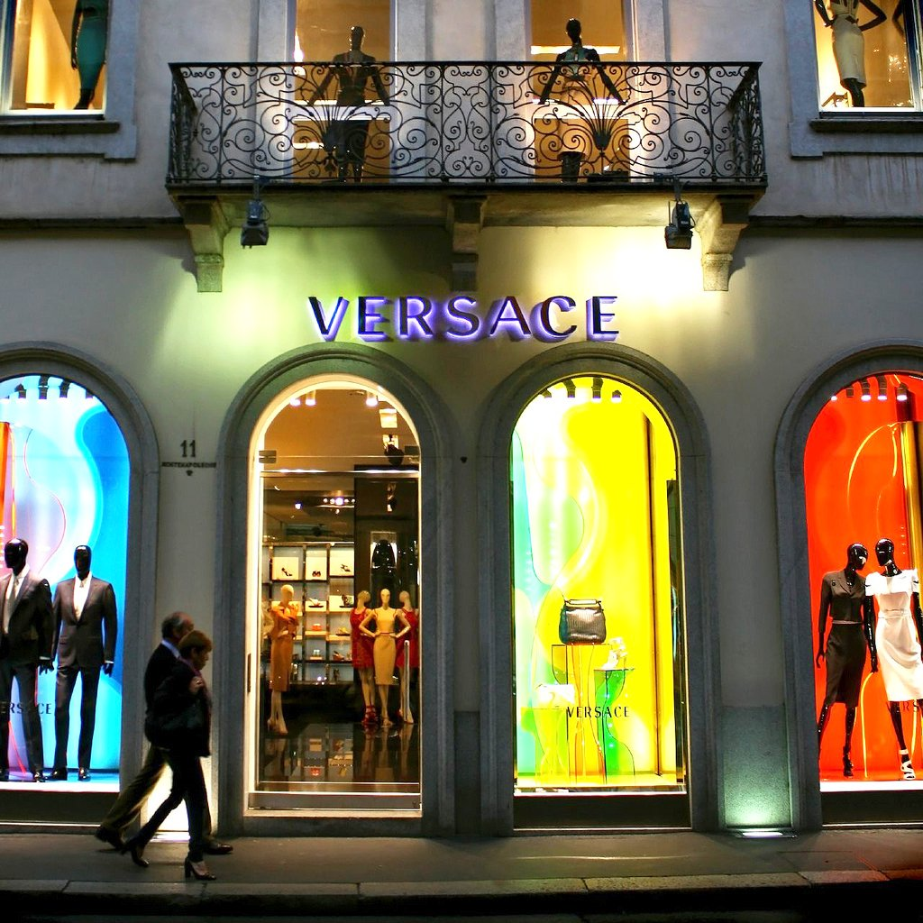 Versace in via monte napoleone fashion district milano for Fashion design milano